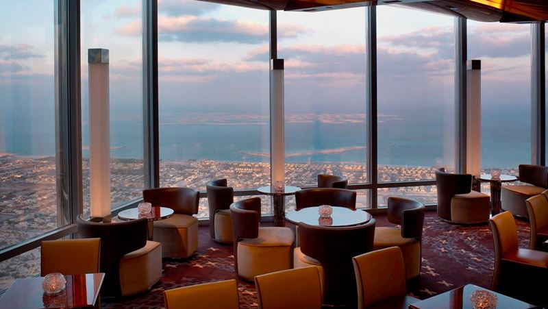 Высокие панорамные рестораны: Ресторан At.Mosphere в башне Бурдж-Халифа (Дубай, ОАЭ)