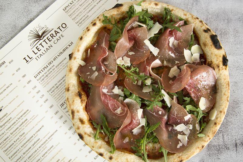 Ресторан сети итальянских тратторий IL Letterato на Китай-городе в Москве - пицца с пармой и рукколой