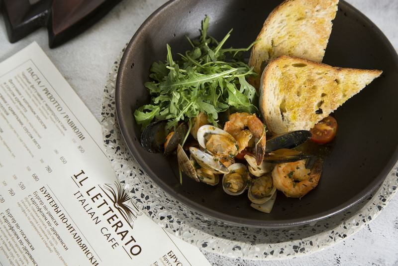 Ресторан сети итальянских тратторий IL Letterato на Китай-городе в Москве - салат с морепродуктами