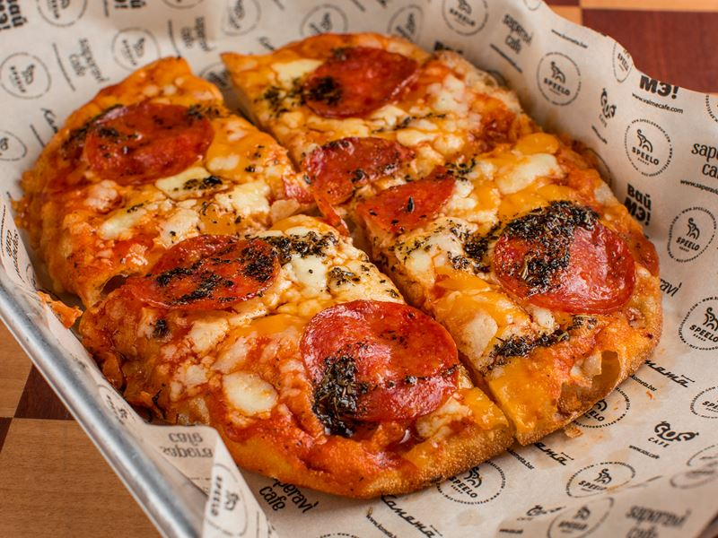 овальные американские пиццы в крафт-баре «Комета» (Москва) - пепперони