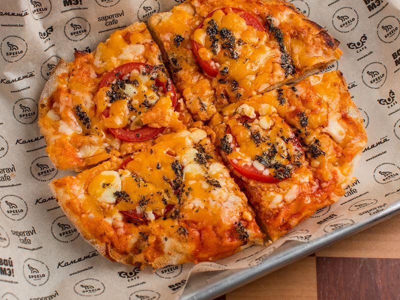 овальные американские пиццы в крафт-баре «Комета» (Москва) - маргарита