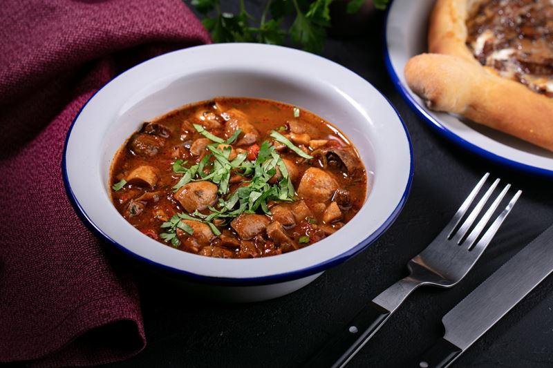 Рецепты с грибами от сети грузинских закусочных «Вай Мэ!» - Чашушули из шампиньонов