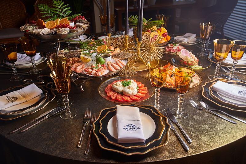Новый год «под ключ»: Yacht Event организует праздничный стол с дизайнерским декором у вас дома