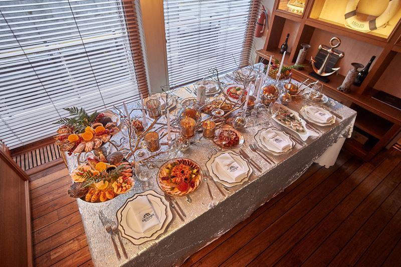 Новый год «под ключ»: Yacht Event организует праздничный стол со стильным декором у вас дома
