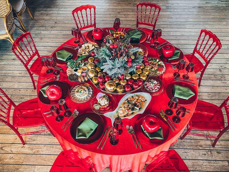 Декор новогоднего стола от Yacht Event в красно-зеленой гамме