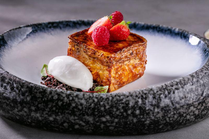 Ресторан Sybarite - Бриошь в карамельной корочке и с соусом из белого шоколада