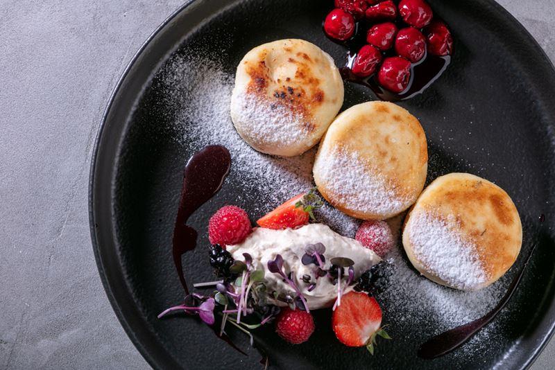 Ресторан Sybarite на Садовом кольце - сырники с ореховым кремом и вишнёвым вареньем