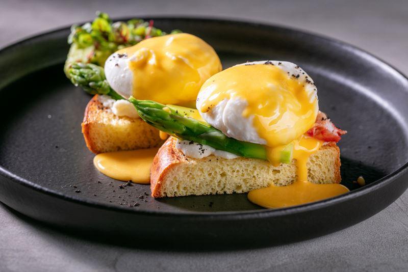 Ресторан Sybarite на Садовом кольце - яйца пашот с крабом и спаржей
