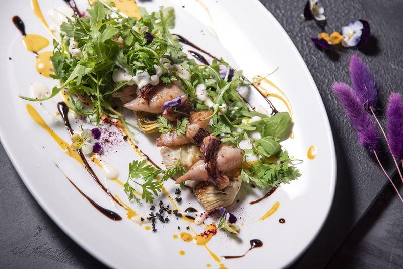 Рецепты блюд с морепродуктами - Теплый салат с кальмарами и артишоками