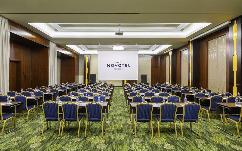 Новый отель в Сочи: Novotel Congress Красная Поляна - конференц-зал