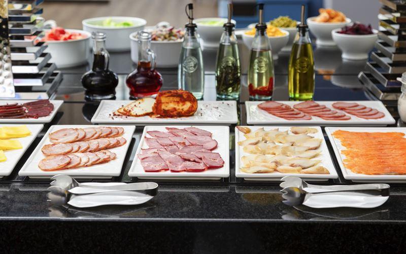 Новый отель в Сочи: Novotel Congress Красная Поляна - завтрак шведский стол 1