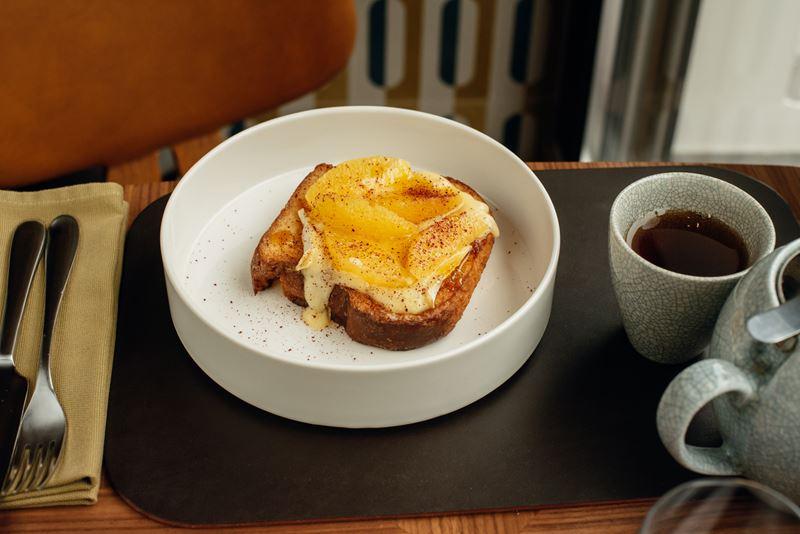 Европейские завтраки в Riesling Boyz - Бриошь с сыром бри и апельсиново-карамельным соусом