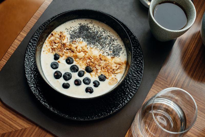 Европейские завтраки в Riesling Boyz - Овсяная каша с карамелью свежими ягодами и маком