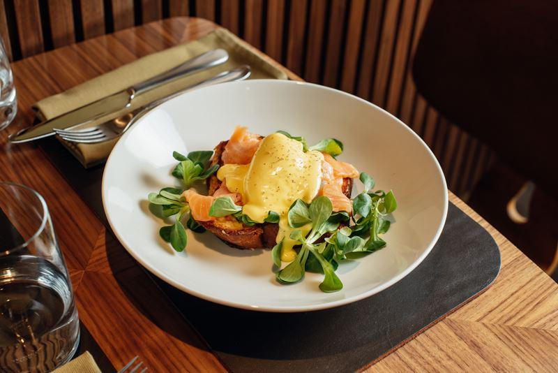 Европейские завтраки в Riesling Boyz - Яйцо бенедикт на булочке бриошь с подкопченным_лососем