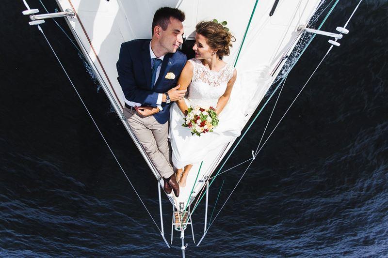 Свадьба на воде: открытие сезона в банкетных залах Yacht Event - молодожёны