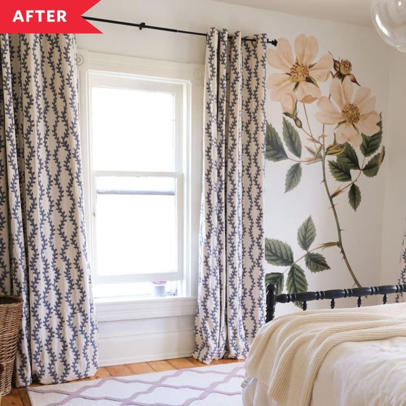 Декор маленькой спальни - укороченные шторы, белые стены с наклейкой-цветком и ковер на полу