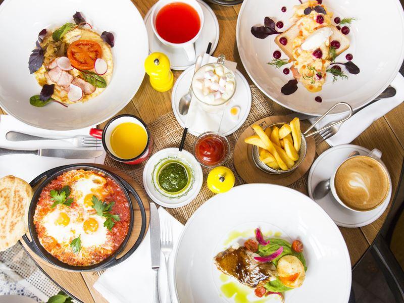 От Москвы до Сингапура: в ресторане Cook'kareku подают круглосуточные завтраки с национальным колоритом