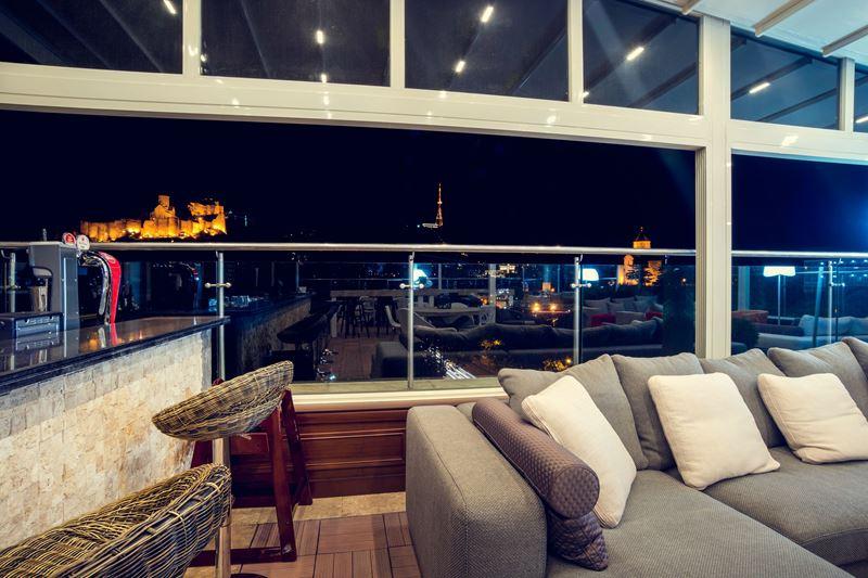 Каникулы в Грузии - Mercure Тбилиси Старый Город - лаунж-бар с террасой «Sky7»