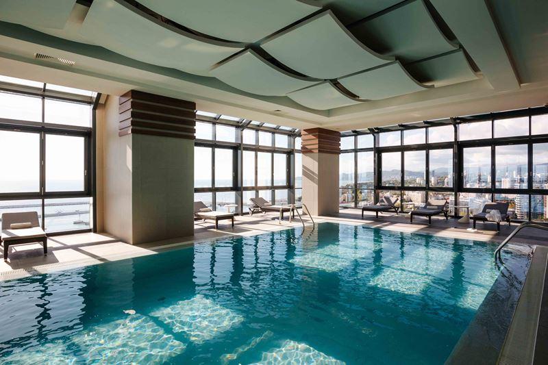 Отель Pullman Сочи Центр - бассейн с панорамными окнами