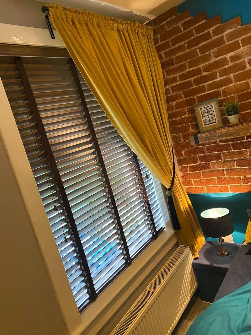 Ремонт спальни как в отеле - окно со шторой