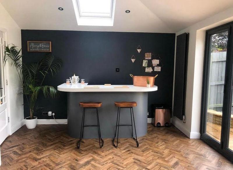 Девушка перекрасила белую кухню в чёрную - барная зона