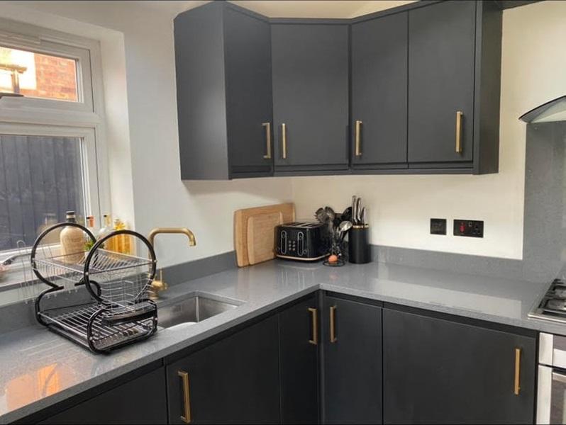 Девушка перекрасила белую кухню в чёрную - черные матовые шкафчики