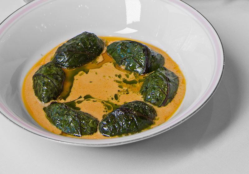 Ресторан Ladurée à-la Russe - Голубцы с креветками и мясом рака в свекольном листе