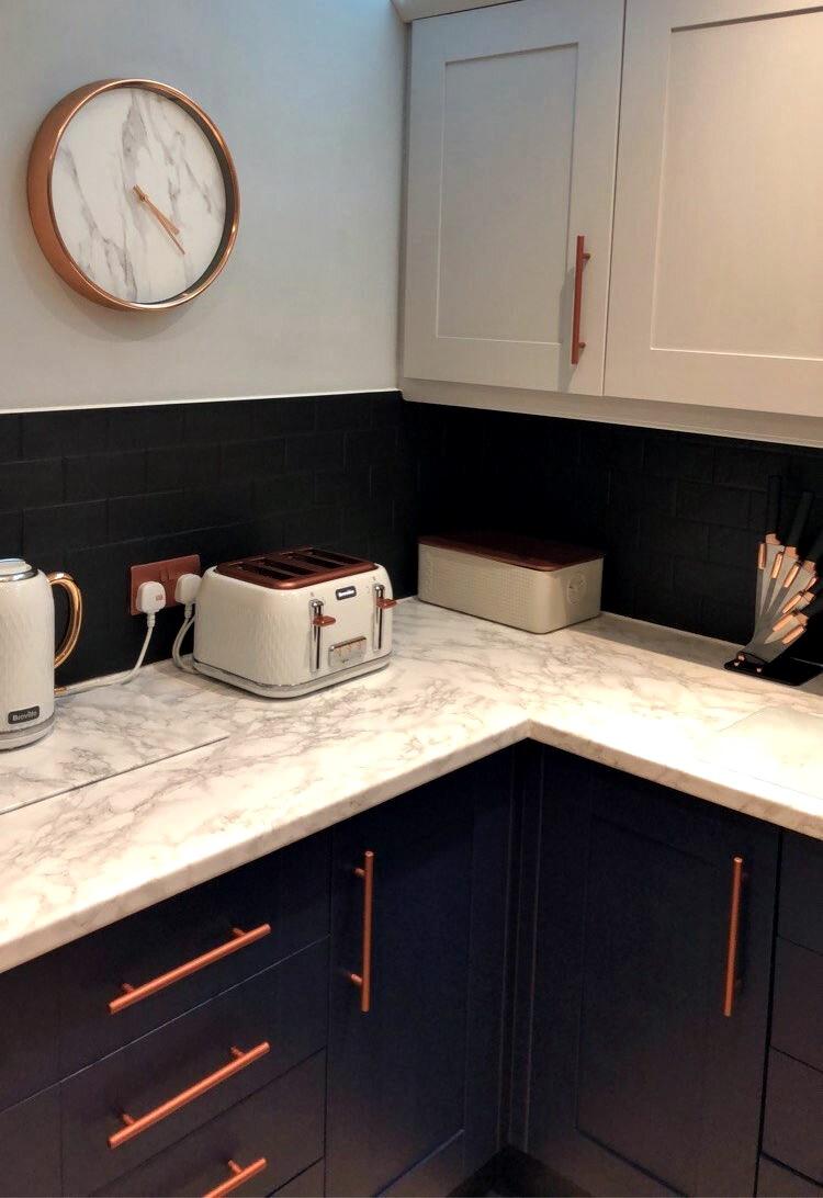 Британка перекрасила деревянную кухню - кухня после ремонта