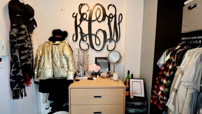 Комната в самом дорогом общежитии США - тумбочка и гардероб