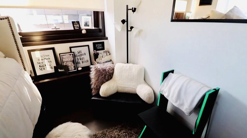 Комната в самом дорогом общежитии США - стулья, подушки, фоторамки