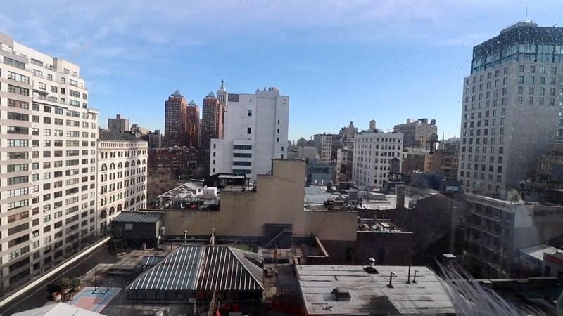 Комната в самом дорогом общежитии США - вид на Нью-Йорк из комнаты