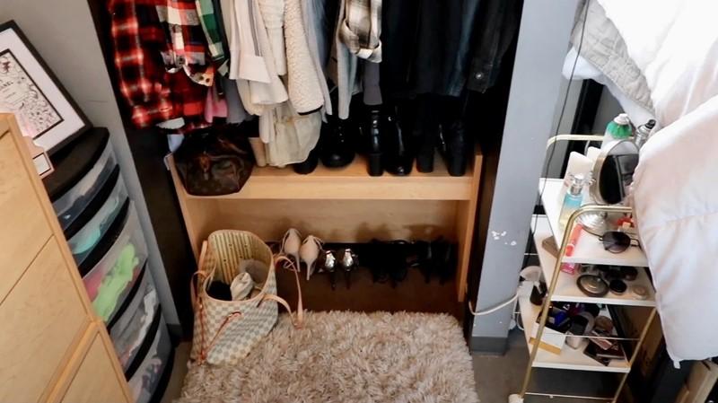 Комната в самом дорогом общежитии США - Женский уголок с одеждой и аксессуарами