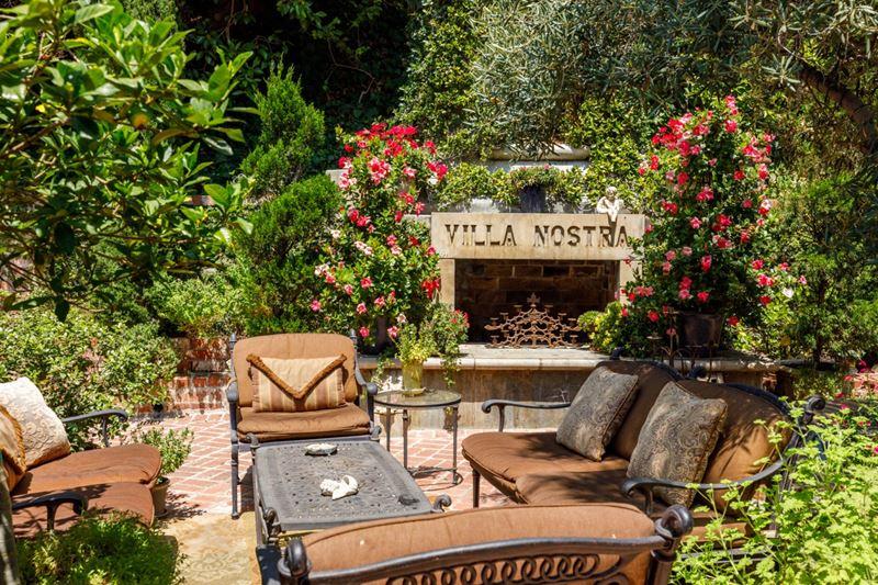 Вилла Присциллы Пресли в Беверли-Хиллз - камин в саду
