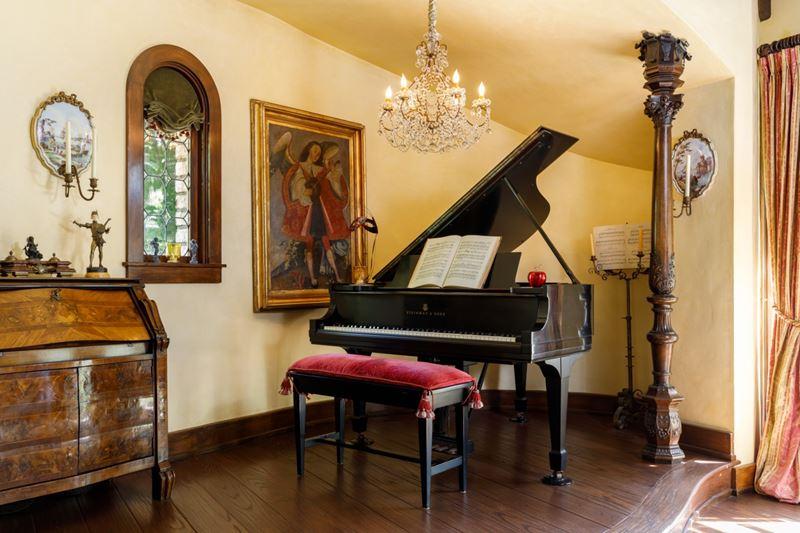 Вилла Присциллы Пресли в Беверли-Хиллз - пианино