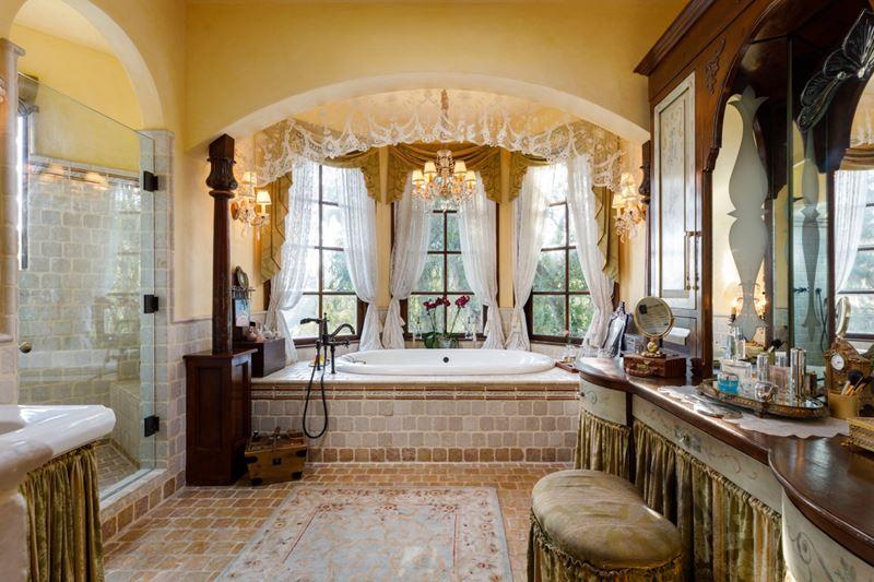 Вилла Присциллы Пресли в Беверли-Хиллз - ванная комната