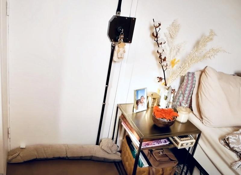 Француженка показывает квартиру в Париже 17 м² - входная дверь