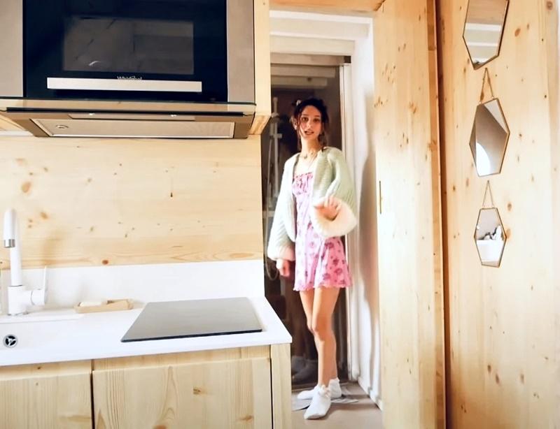 Француженка показывает квартиру в Париже 17 м² - дверь в ванную
