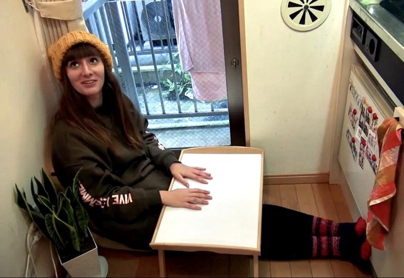 Австралийка квартира в Токио 8 м² - Эмма демонстрирует, как принимает пищу