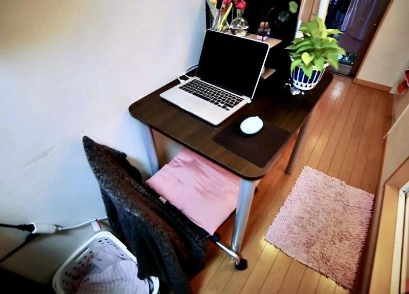 Австралийка квартира в Токио 8 м² - Рабочее место с ноутбуком