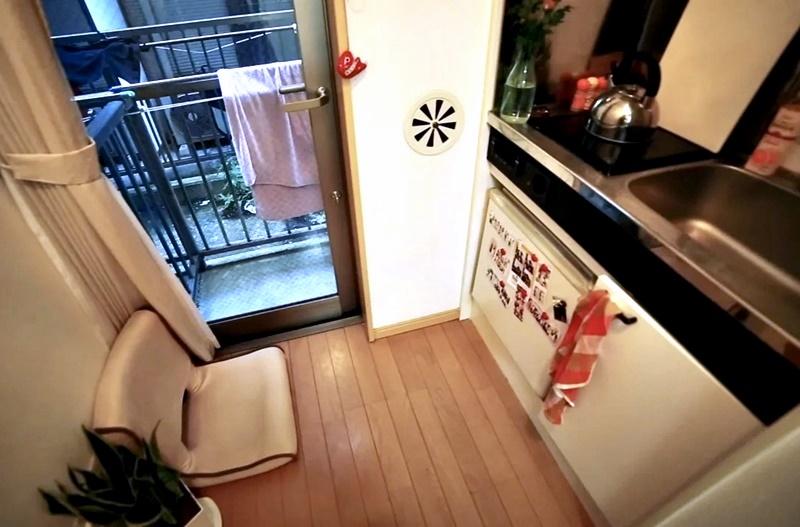 Австралийка квартира в Токио 8 м² - Кухня и выход на балкон