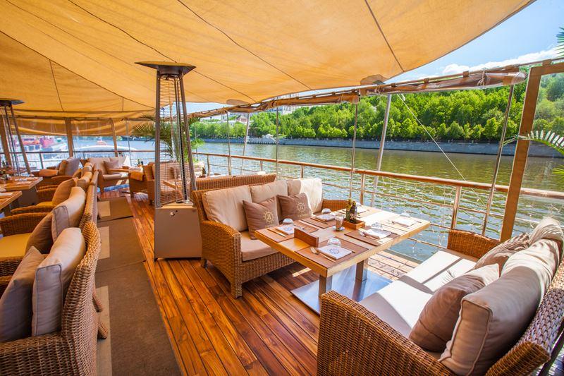 Яхта «Ласточка» на Лужнецкой набережной - терраса