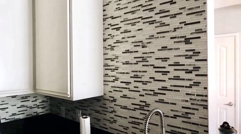 Уютная маленькая кухня - чёрно-белая плитка