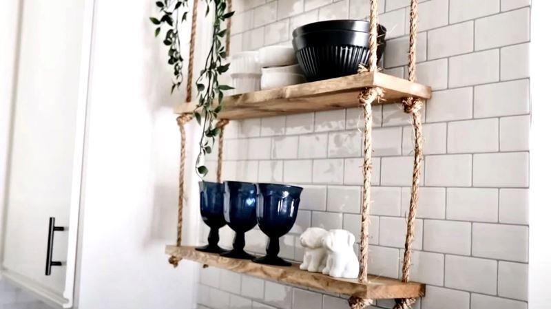 Уютная маленькая кухня - полка-лесенка