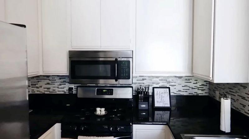 Блогер показал, как сделать уютной маленькую кухню без большого ремонта
