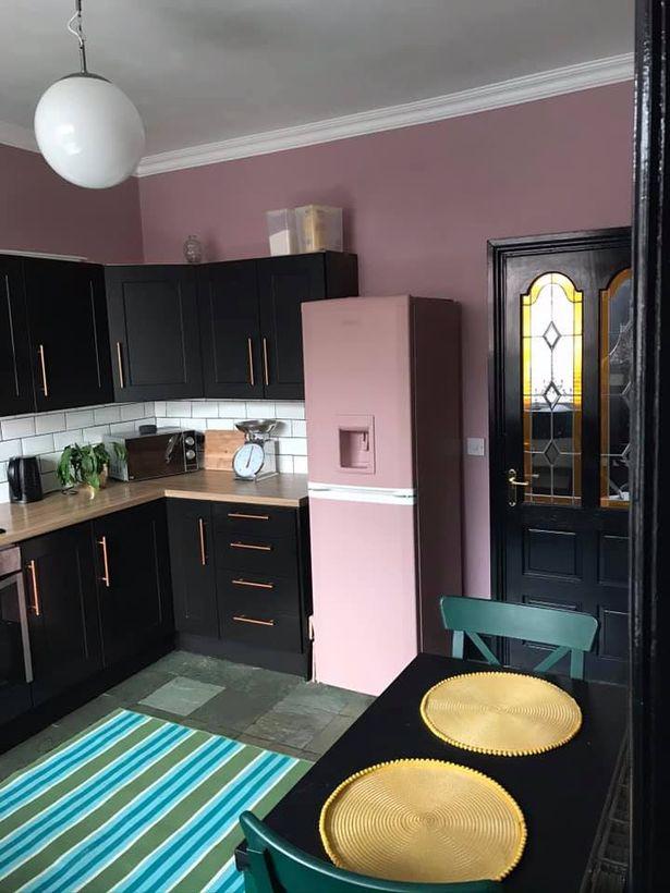 Перекрасила белую кухню - розовый холодильник