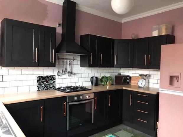 Перекрасила белую кухню - чёрный гарнитур и розовые стены