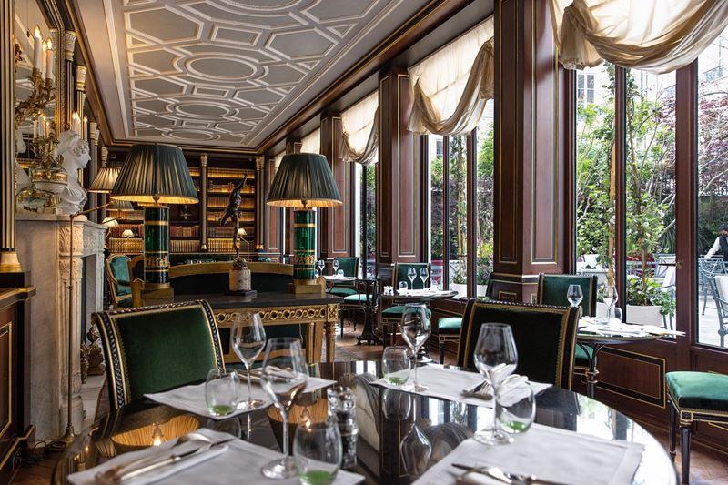 Библиотека герцога де Морни в отеле La Réserve Paris - столы