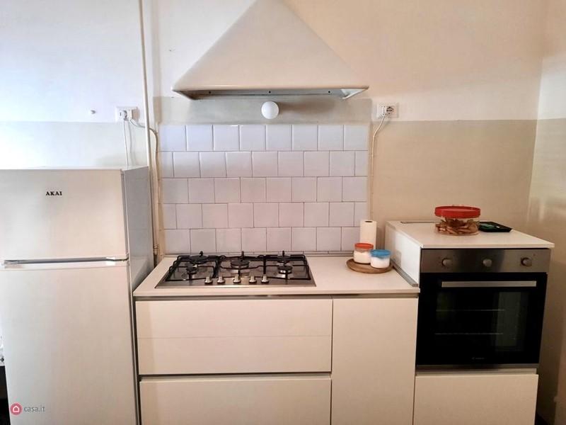 Интерьер квартиры в центре Рима 110 м² - Холодильник, плита, духовой шкаф и вытяжка