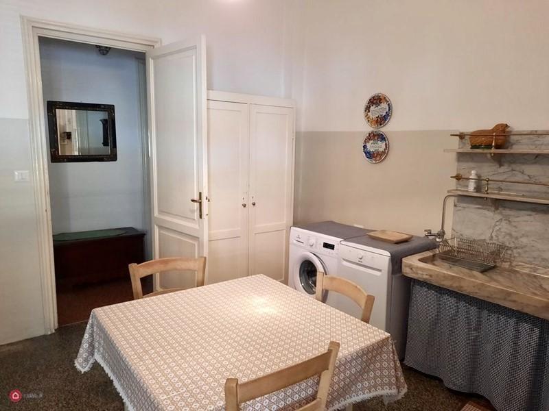Интерьер квартиры в центре Рима 110 м² - стол, стиральная и посудомоечная машина