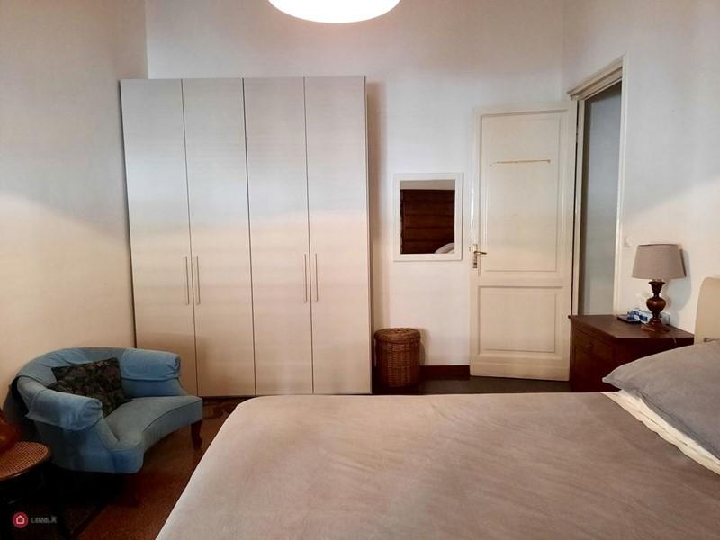 Интерьер квартиры в центре Рима 110 м² - Голубое кресло на фоне нейтрального интерьера